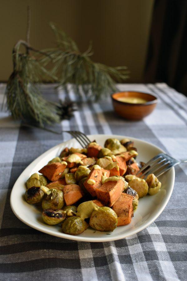 Orkaitėje keptos daržovės su humusu